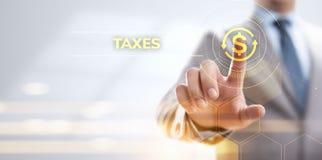 Steuerberichts-Steuerzahlungs-Geschäftsfinanzkonzept Geschäftsmann, der auf virtuellen Schirm zeigt stockbilder