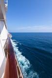 Steuerbordseite des Kreuzfahrtschiffs auf dem Ozean Lizenzfreies Stockbild
