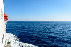 Steuerbordseite einer Fähre auf dem adriatischen Meer Lizenzfreie Stockbilder