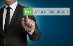Steuerbuchhalterbrowser wird durch Geschäftsmannkonzept bearbeitet Lizenzfreie Stockfotografie