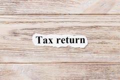 Steuererklärung des Wortes auf Papier Konzept Wörter der Steuererklärung auf einem hölzernen Hintergrund Stockfotos