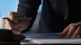 Steuererklärungs-Buchhaltung Geschäftsperson, die an am Schreibtisch auf Taschenrechner im Büro arbeitet stock video footage