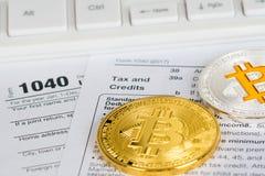 Steuererklärungsform 1040 mit bitcoin und litecoin Stockfotografie
