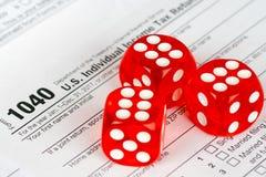 Steuererklärungsform 1040 mit Rot drei würfelt stockfotos