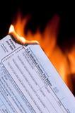 Steuerformular auf Feuer Stockfotografie