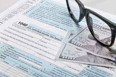 Steuerformular der Vereinigten Staaten von Amerika 1040 mit Gläsern Lizenzfreie Stockbilder