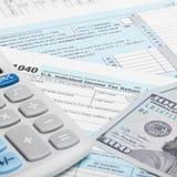 Steuerformular der Vereinigten Staaten von Amerika 1040 mit Taschenrechner und US tun - 1 bis 1 Verhältnis Lizenzfreies Stockfoto