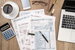 1040 Steuerformular, Laptop, Gläser Stockbilder