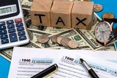 Steuerformular mit 1040 Einzelpersonen mit einem Taschenrechner, Stift, Uhr Stockfotografie