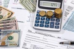 1040 Steuerformular mit Geld, Stift Lizenzfreie Stockbilder