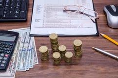 1040A Steuerformular mit Geld, Taschenrechner Stockfoto