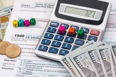 Steuerformular mit hölzernen Würfeln, Dollar Lizenzfreie Stockbilder