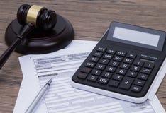 Steuerformular mit Hammer Lizenzfreies Stockbild