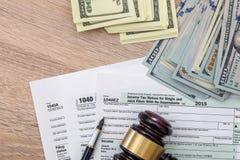 1040 Steuerformular mit Hammer und Dollar Lizenzfreies Stockbild