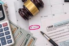 1040 Steuerformular mit Hammer und Dollar Stockfotografie