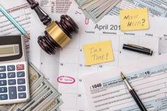 1040 Steuerformular mit Hammer und Dollar Lizenzfreie Stockbilder