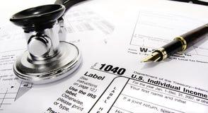 Steuerformular mit Stethoskop Stockfoto