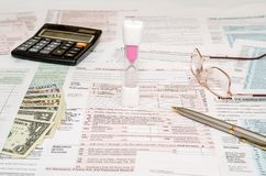 1040 Steuerformular mit Stift, Dollar Lizenzfreie Stockfotografie