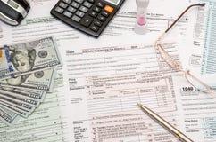 Steuerformular mit Stift, Dollar und Taschenrechner Lizenzfreies Stockfoto