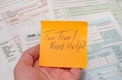Steuerformular 1040 mit Stift, Taschenrechner Stockfotos