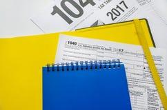 Steuerformular 1040 und Notizblöcke auf Weiß lizenzfreies stockfoto