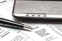 Steuerformular US 1040 mit Stift Stockbilder