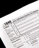 Steuerformulare auf schwarzem Hintergrund Stockfoto