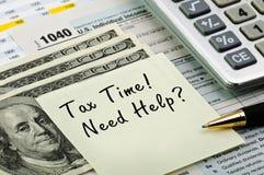 Steuerformulare mit Feder, Rechner und Geld. Lizenzfreie Stockbilder