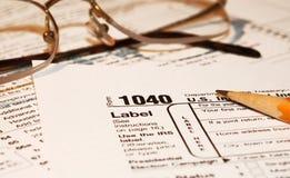 Steuerformulare mit Gläsern Lizenzfreie Stockfotos