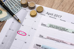 2017 Steuerformulare mit Stift und Dollar Stockfotos