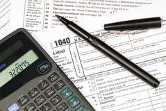 Steuerformulare, Rechner und Feder Stockbild