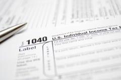 Steuerformulare und Feder Stockfotografie