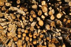 Steuerknüppel des gehackten Holzes in einem Stapel Lizenzfreies Stockbild