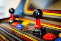 Steuerknüppel eines Weinlesesäulengangvideospiels - Münze-OP stockfoto