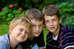 Steuerknüppel mit drei Freunden zusammen lizenzfreies stockbild