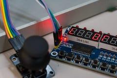 Steuerknüppel-schlossen offene Leiterplatten Arduino Screws Blue PWB B an stockfotos