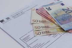 Steuerkonzept mit Eurobanknoten Stockbild