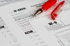 Steuermeldeformulare mit rotem Stift Lizenzfreies Stockbild