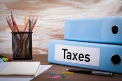 Steuern, Büro-Mappe auf hölzernem Schreibtisch Auf dem Tisch farbiger Bleistift Lizenzfreies Stockfoto