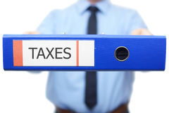 Steuern fassen wird geschrieben auf die Mappe ab Stockfotografie