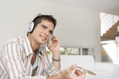 Steuern Sie die Technologie automatisch an, die oben vom Mann mit Kopfhörern nah ist Stockbilder