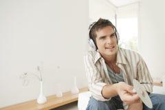 Steuern Sie die Technologie automatisch an, die zu den Kopfhörern hört Stockfotos