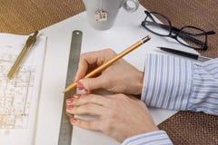 Steuern Sie Erneuerung automatisch an Arbeitsplatz des Architekten, Designer mit Zeichnungen Stockbilder