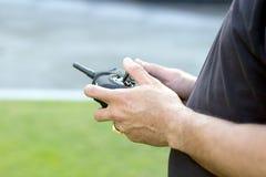 Steuern Sie Flugzeugspielzeug mit Fernbedienung Lizenzfreie Stockfotografie