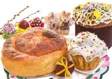Steuern Sie gebackene Ostern-Kuchen, Eier und nette Spielzeugkaninchen automatisch an Stockfotografie