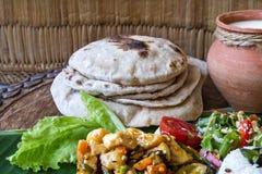 Steuern Sie gekochtes Gemüseragout, Reis, Salat, Jogurt, Chapati auf einem Bananenblatt automatisch an Lizenzfreie Stockfotografie