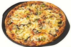 Steuern Sie gemachte Pizza auf Backblech mit weißem Hintergrund automatisch an Stockfotos