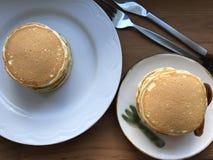 Steuern Sie gemachten Pfannkuchenstapel auf weißer Platte mit Messer und Gabel beiseite f automatisch an Lizenzfreies Stockbild