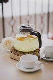 Steuern Sie gemachten Tee mit Zitronen, Orangen und Ingwer automatisch an lizenzfreie stockfotos