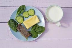 Steuern Sie gemachtes vegetarisches Linse pâté mit gelbem Käse und vegeta automatisch an Lizenzfreie Stockfotografie